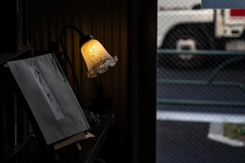 入口の古書とランプ